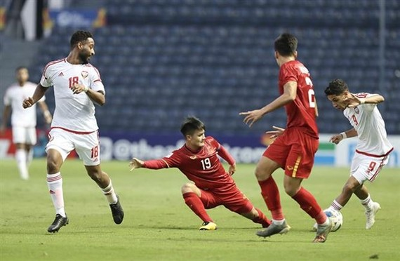 Vietnamese captain Nguyen Quang Hai (No 19 in red) in action (Photo: VNA)