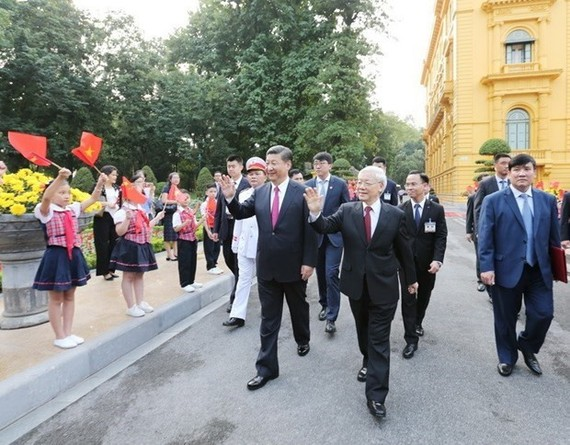 Party General Secretary and State President  Nguyen Phu Trong (C) and his Chinese counterpart Xi Jinping on his right at a welcome ceremony for the Chinese leader's State visit to Vietnam in 2017 (Source: VNA)