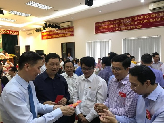 Deputy chairman of HCMC People's Committee Tran Vinh Tuyen visits and gives red envelopes to employees of Saigon Co.op and Satra on January 30 (Photo: SGGP)