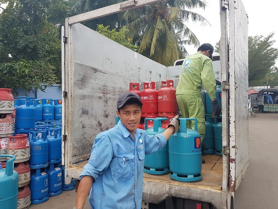 Gas price drops VND17,000 a 12kg cylinder