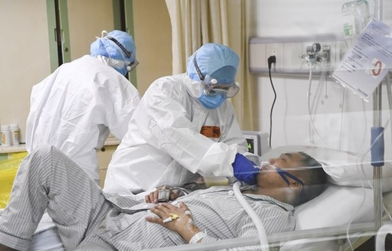 Medical workers care for an nCoV-infected patient at a hospital in Chongqing city of China on February 1 (Photo: Xinhua/VNA)