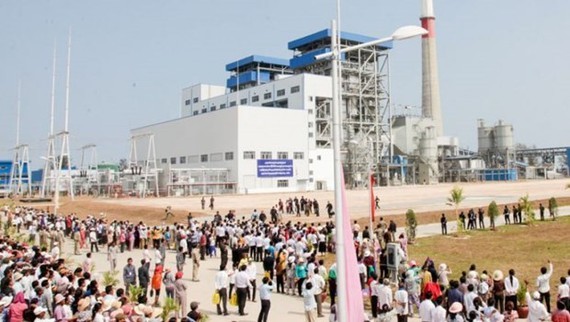 Visitors look over Cambodia's first operational coal-fired power plant at its launch in Preah Sihanouk province's Stung Hav district in 2014. (Source: Phnompenh Post)