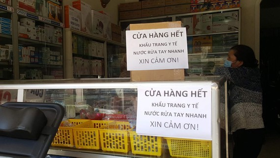 Pharmacies post up signs telling customers that they have run out of facemasks in Da Lat city, the Central Highlands province of Lam Dong (Photo: SGGP)