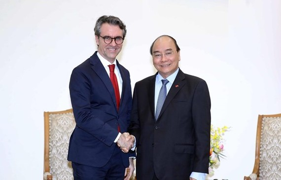 Prime Minister Nguyen Xuan Phuc (right) and head of the EU delegation to Vietnam, Ambassador Pier Giorgio Aliberti (Photo: VNA)