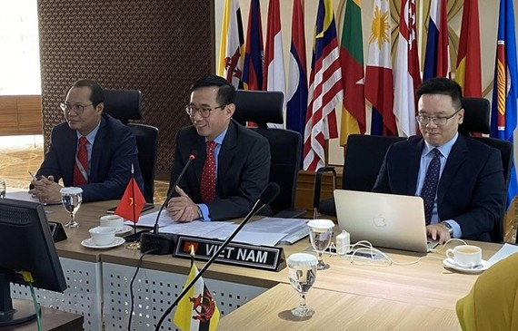 Head of the Vietnam's Permanent Mission to ASEAN, Ambassador Tran Duc Binh (middle) at the meeting (Photo: VNA)
