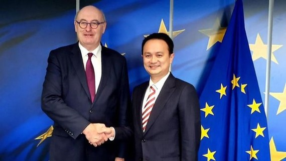 Indonesian Deputy Trade Minister Jerry Sambuaga (R) and European Commissioner for Trade Phil Hogan (Source: finance.detik)