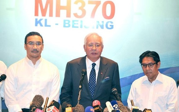 Najib Razak (C), who was the prime minister at the height of the MH370 episode, says investigators never ruled out criminal plot involving pilot Zaharie Ahmad Shah. (Source: freemalaysiatoday)