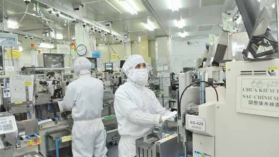 Workers at a company making electronic components for export in Vietnam (Photo: SGGP)