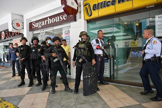 Policemen are deployed to the Greenhills V-Mall after the hostage incident happened on March 2 morning (Photo: AFP/VNA)