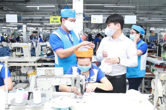 Since the end of February, Nha Be Garment Corporation in HCMC has participated in making facemask to fight against the Covid-19 (Photo: Vinatext)