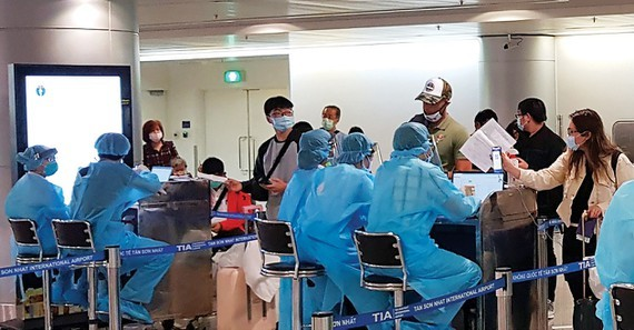 Passengers make medical declaration at Tan Son Nhat Airport (Photo: SGGP)