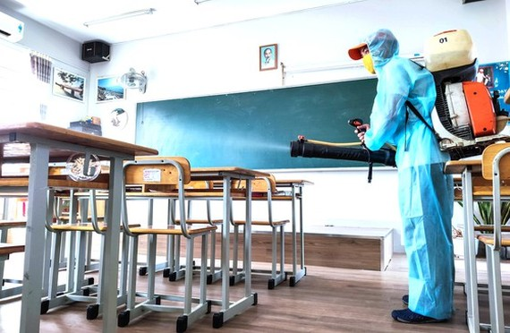 Disinfectant spraying in a classroom at Huynh Khuong Ninh Secondary School in District 1 (Photo: SGGP)