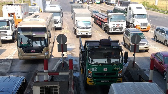Vehicles line up in T2 toll booth, Highway 51 (Photo: SGGP)