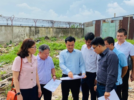 The Management Authority for Urban Railways receives the cleared site for construction of Stations S10 and S11 of the second metro line in Tan Binh District on June 19 (Photo: SGGP)