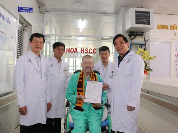 """The UK pilot, or """"Case 91"""" (sitting) was released from the hospital on July 11 (Photo: SGGP))"""