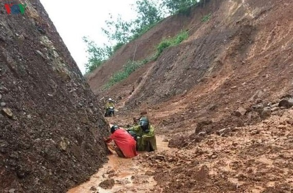 Heavy rains have continuously triggered landslides in main traffic routes in the Northern region since early July (Photo: Vietnam Disaster Management Authority)