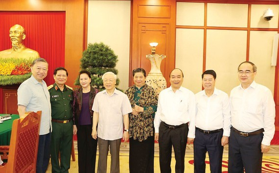 Party General Secretary and President Nguyen Phu Trong (4th, L) at the working session (Photo: VNA)