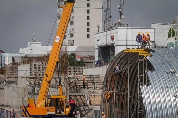 Workers complete the Purwosari overpass project in Surakarta, Central Java, on June 16. (Photo: Antara)