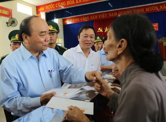 Prime Minister Nguyen Xuan Phuc visits flood hit people in Quang Ngai Province on November 1 (Photo: SGGP)
