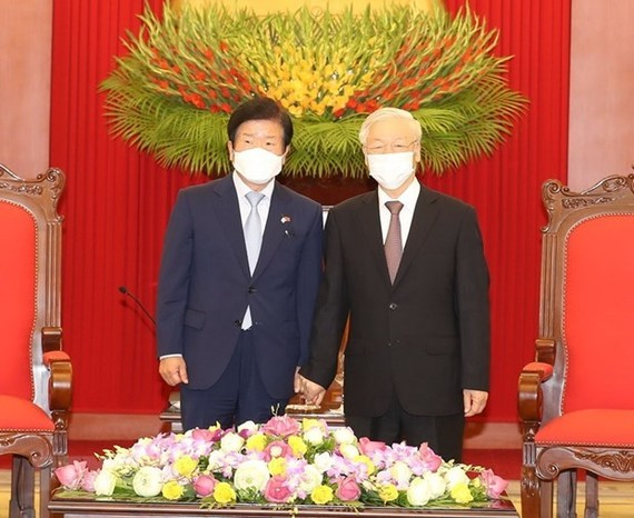 Party General Secretary and State President Nguyen Phu Trong (R) receives Speaker of the RoK National Assembly Park Byeong-seug (Photo: VNA)