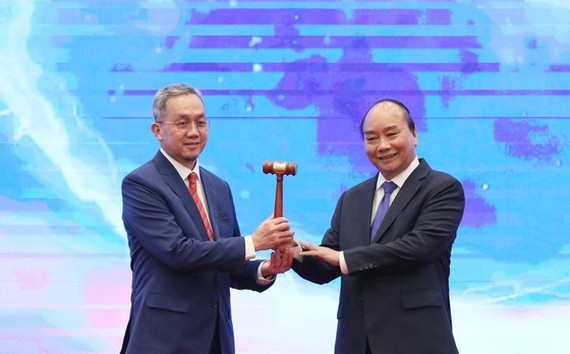 Vietnamese Prime Minister Nguyen Xuan Phuc (R) hands over the hammer, which represents the ASEAN Chairmanship, to Brunei Darussalam on November 15 (Photo: SGGP)