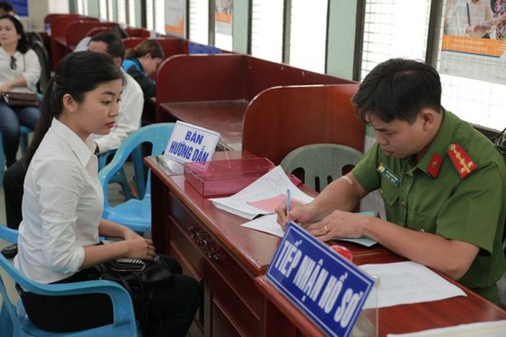 People registering for citizen ID cards at local police stations (Photo: SGGP)