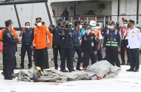 Search and rescue staff gather on Jakarta's port on January 9 following the crash. (Photo: AFP/VNA)