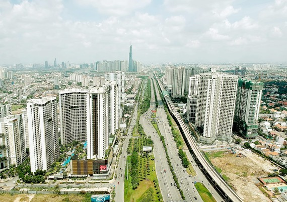 Apartment buildings along a main road in Binh Thanh District (Photo: SGGP)