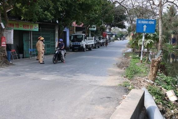 Police barricade entrance to Diamond Island as a motorist tries to explain the need to enter (Photo: khmertimeskh.com)