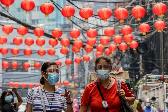 People wear masks in the Philippines to guard against COVID-19 (Source: Xinhua/VNA)