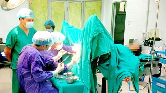Các bác sĩ phẫu thuật cho một bệnh nhân mắc trĩ bị biến chứng nặng do tự ý đắp thuốc
