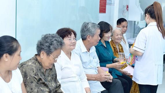 Người dân đến khám tại Trạm y tế xã hội hóa phường 11 quận 3