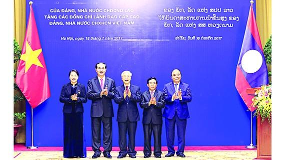 Chủ tịch nước Trần Đại Quang, Thủ tướng Chính phủ Nguyễn Xuân Phúc,  Chủ tịch Quốc hội Nguyễn Thị Kim Ngân được trao tặng Huân chương Vàng  Quốc gia của Đảng, Nhà nước Lào