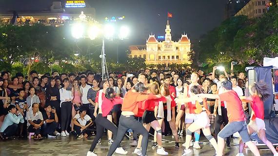 Giới trẻ hào hứng với các tiết mục biểu diễn  tại phố đi bộ Nguyễn Huệ