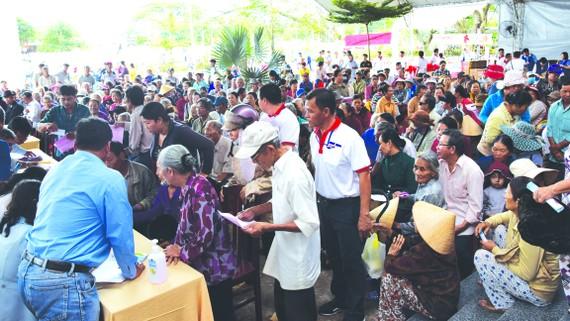 Đông đảo người dân đến khám chữa bệnh