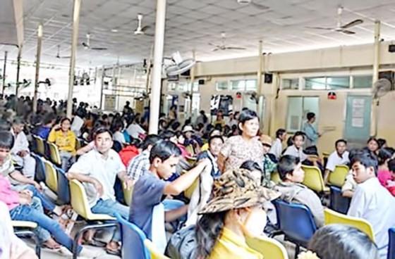 Quá tải bệnh nhân đến khám bệnh tại Bệnh viện Ung bướu TPHCM.