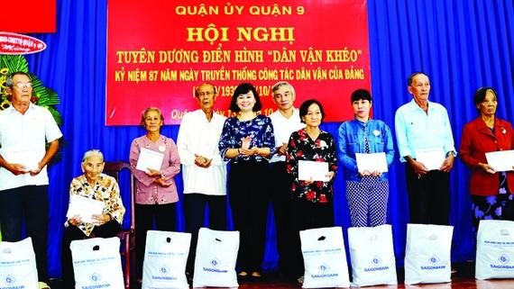 Phó Tổng biên tập Lý Việt Trung trao sổ tiết kiệm cho các hộ gia đình chính sách. Ảnh: TRỌNG NGHI
