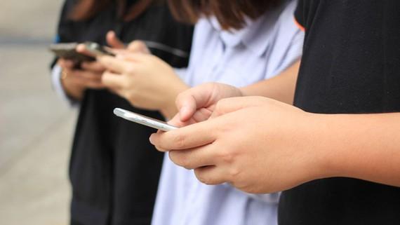 Từ ngày 25-10-2017, đi bộ nhắn tin sẽ bị phạt nặng ở Honolulu, Hawaii, Mỹ, Ảnh minh họa: TECHSPOT