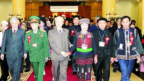 Tổng Bí thư Nguyễn Phú Trọng với các đại biểu người có uy tín, nhân sĩ trí thức, doanh nhân dân tộc thiểu số tiêu biểu toàn quốc