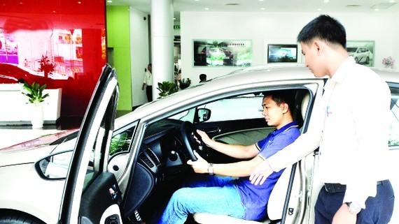 Người dân tìm hiểu, chọn mua ô tô tại một cửa hàng ở TPHCM.  Ảnh: CAO THĂNG
