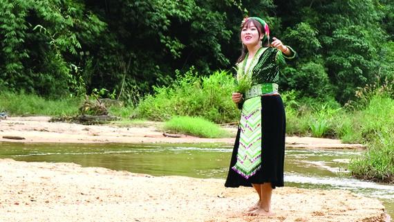Cô giáo trẻ Thào Mai Lan ca hát giữa núi rừng