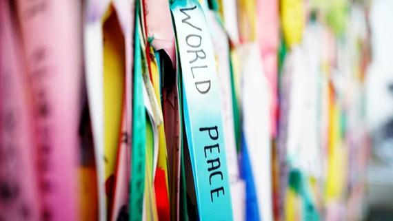 Những dải ruy băng ghi thông điệp hy vọng về một bán đảo Triều Tiên hòa bình  được gắn trên hàng rào tại thành phố Paju, cửa ngõ dẫn vào làng đình chiến Panmunjom