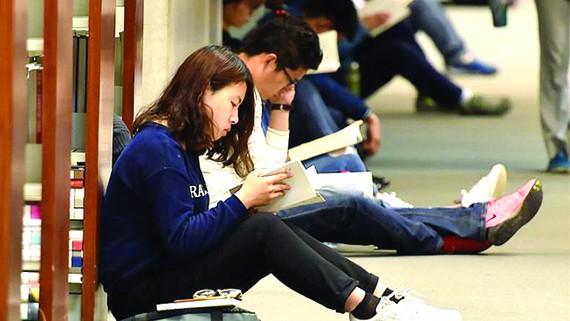 Bạn trẻ đọc sách tại Thư viện Quốc gia ở thủ đô Bắc Kinh