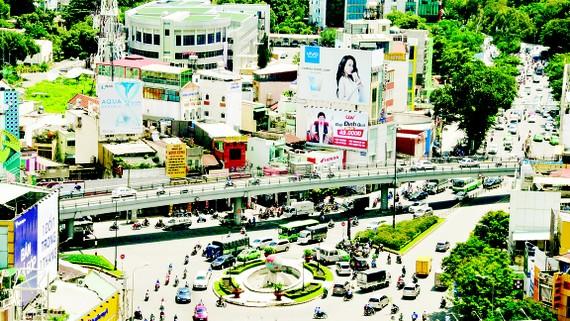 Công trình cầu vượt và vòng xoay Lăng Cha Cả giúp giải tỏa ùn ứ giao thông khu vực sân bay Tân Sơn Nhất                                       Ảnh: CAO THĂNG