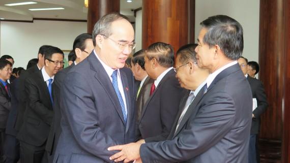 Đồng chí Sinlavong Khutphaythun (phải), Ủy viên Bộ Chính trị, Bí thư Thành ủy, Đô trưởng Thủ đô Viêng Chăn chào đón đồng chí Nguyễn Thiện Nhân, Ủy viên Bộ Chính trị, Bí thư Thành ủy TPHCM. Ảnh: KIỀU PHONG