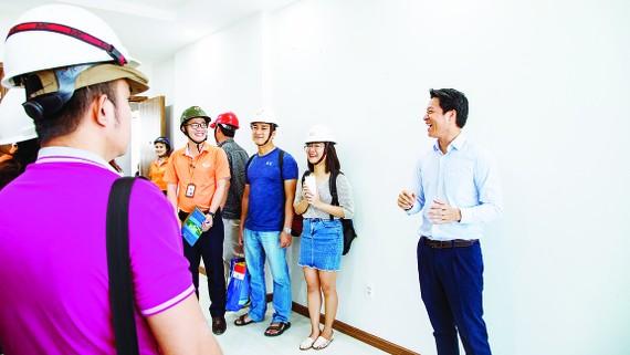 Ông Ngô Quang Phúc - Phó Tổng Giám đốc Him Lam Land trực tiếp hướng dẫn khách hàng tham quan căn hộ hoàn thiện tại công trình Him Lam Phú An