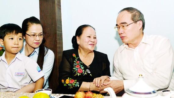 Bí thư Thành ủy TPHCM Nguyễn Thiện Nhân thăm gia đình  Anh hùng Lực lượng vũ trang Trần Văn Lai                              Ảnh: Việt Dũng