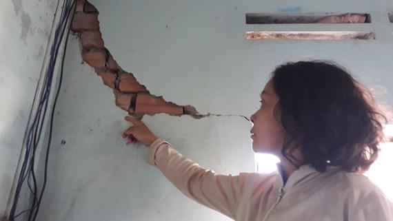 Một trong những ngôi nhà bị hư hỏng do làm đường