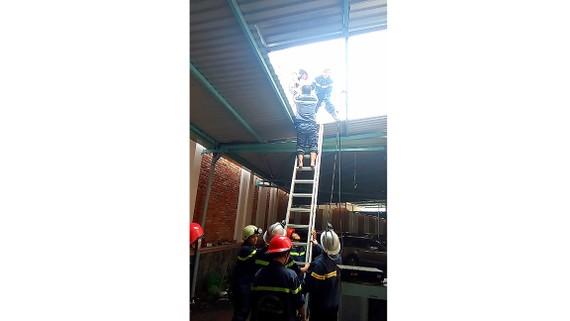 Cảnh sát PCCC quận 11 cứu một nạn nhân trong đám cháy tại khách sạn Huy Hoàng (phường 14, quận 11)