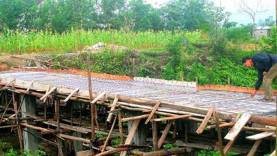 Cầu dân sinh bắc qua kênh Xóc Luyến được xây dựng bằng tiền đóng góp của người dân